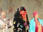 2. Kuorolaisia, keskellä Baba Jaga, Хор, в центре Баба-Яга