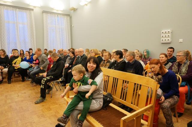 Большие и маленькие участники праздника. Juhlan yleisöä ja osallistujia.
