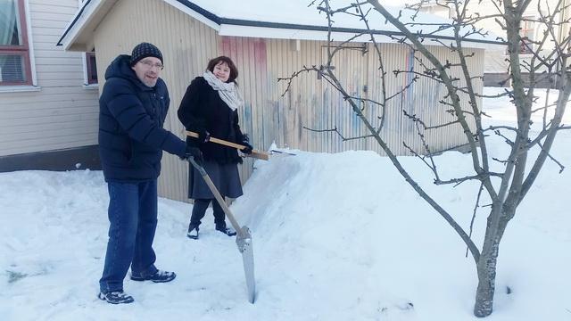 Алла и Владимир на строительстве снежной крепости. Lumilinna rakentamassa Alla Suoninen ja Vladimir Saraykin.