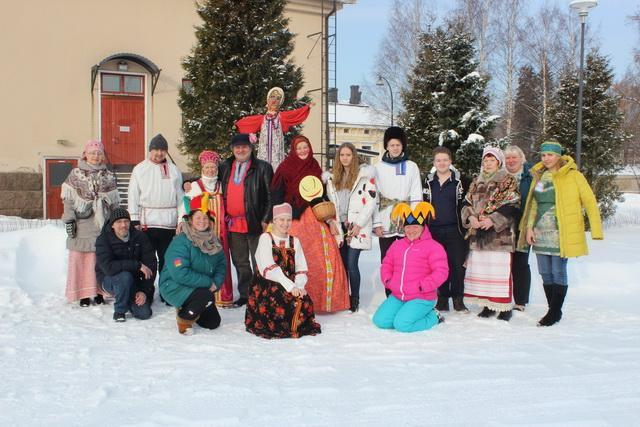 Все эти замечательные люди организовали и провели Масленицу. Juhlan loistavat järjestäjät.