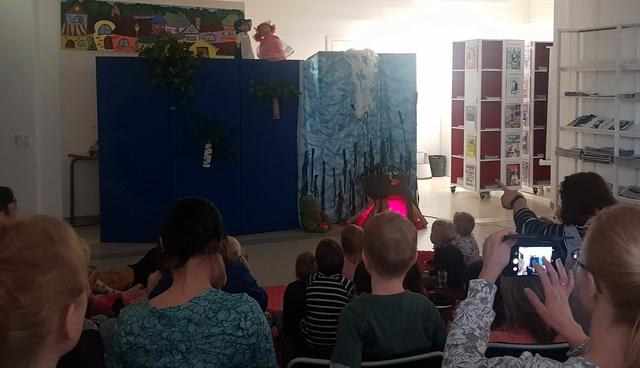 Спектакль держал детей в напряжении/Onpa jännittävää!