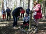 Владимир, Мария и Алла зажгли свечи в память о погибших/Muistokynttilät kaikille kaatuneille.